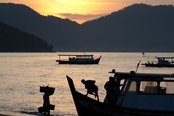 Pescadores en la isla Penang, Malasia
