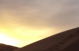 Amanecer en las dunas de Erg Chebbi, desierto del Sahara, Marruecos