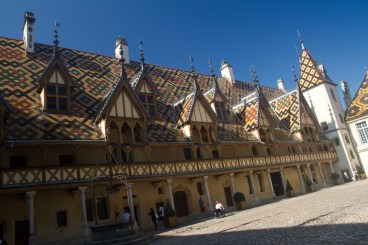 Patio de honor del hospicio de Beaune, Francia