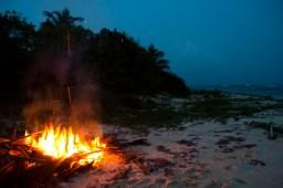 Hoguera en una de las recónditas playas de Vieques, Puerto Rico