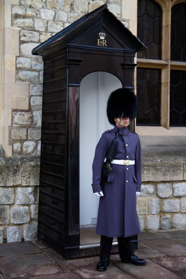 Coldstream Guard vigilando las joyas de la corona británica en la Torre de Londres, Londres, Inglaterra, Reino Unido