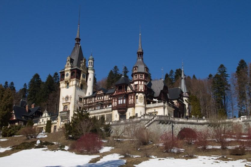 El castillo de Peles en Siania, Rumanía, con un poco de nieve de finales del invierno