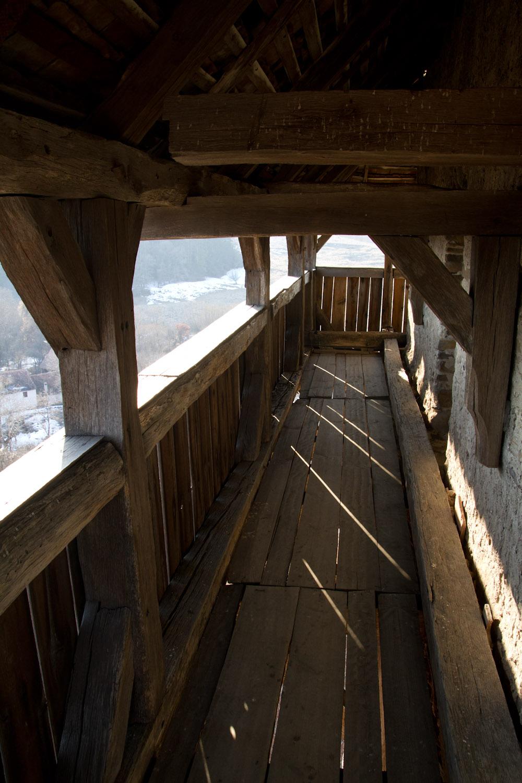 El mirador en lo alto de la torre de la iglesia fortificada de Viscri, Rumanía