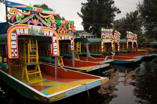Trajineras atracadas en el embarcadero turístico de Xochimilco, México