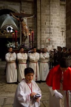 Cofrades entrando con su paso en la catedral de Valladolid, España
