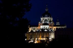 Imagen nocturna de la Catedral de la Almudena, Madrid, España