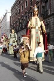 Desfile de gigantes y cabezudos durante las festividades de San Isidro, Madrid, España