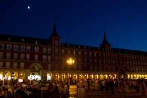 Vista nocturna de la Plaza Mayor de Madrid, España