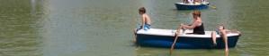Disfrutando de los días de verano en las barcas del estanque de El Retiro, Madrid, España