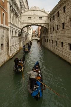 Góndolas surcando el canal bajo el Puente de los Suspiros, Venecia, Italia