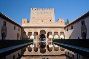 Patio de Comares de la Alhambra de Granada, España