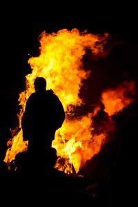 Silueta contra la luz de una hoguera de San Juan, A Coruña, España