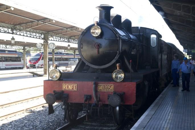 La locomotora a vapor del Tren de la Fresa entre Madrid y Aranjuez, España