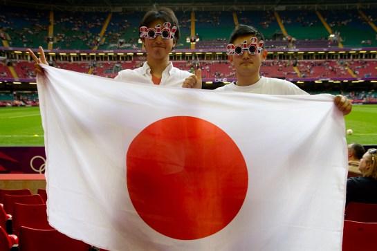Fans de Japón con su bandera y anteojos de moda en las Olimpiadas de Londres 2012