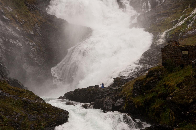 Kjosfossen, una cascada en medio de las montañas de los fiordos noruegos.