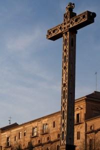 Cruz en el exterior de la Abadía del Sacromonte de Granada, España