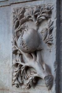 Una escultura de una granada en Granada, España