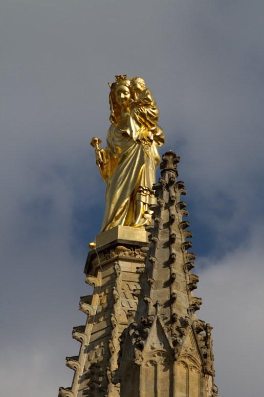 Escultura de la Virgen con el Niño en la Catedral de Burdeos, Francia