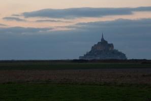 El Mont-Saint-Michel visto desde las praderas salinas, Normandía, Francia