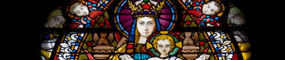 Vitral de la Virgen y el Niño en la Basílica de Notre-Dame de Fourvière, en Lyon, Francia
