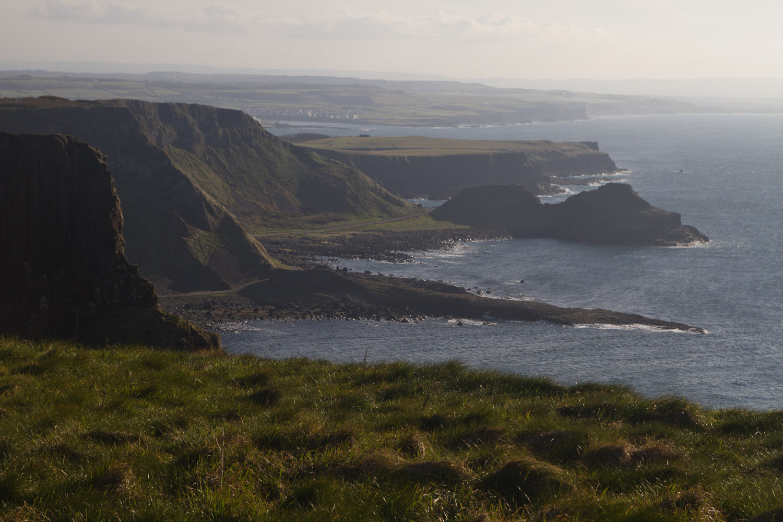 Las vistas de la Costa de la Calzada, con la Calzada del Gigante incluida, Irlanda del Norte