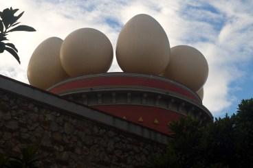 Huevos en el las torres del Teatro-Museo Dalí, Figueras, España