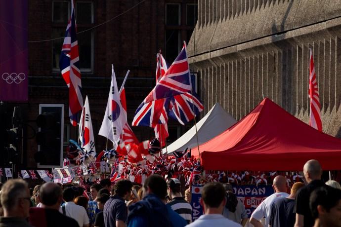 Ambiente en las calles antes de un partido de fútbol durante las Olimpiadas de Londres 2012, Cardiff, Gales