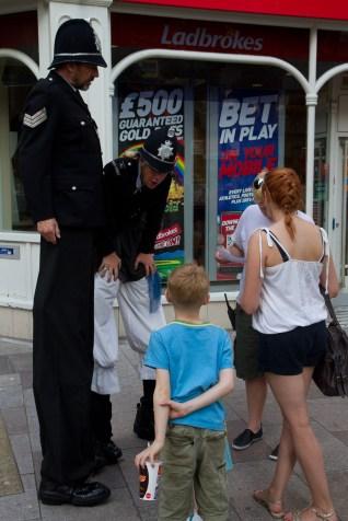 Policías gigantes durante las Olimpiadas de Londres 2012, Cardiff, Gales