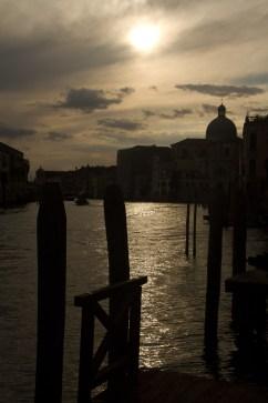 Siluetas en el Gran Canal de Venecia, Italia