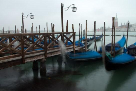 Atracadero de gondolas con San Giorgio Maggiore, Venecia, Italia