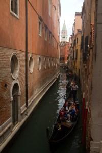 Góndolas en un canal con la Basílica de San Marcos en el fondo, Venecia, Italia