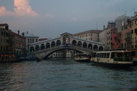 Vaporetti en Rialto, Venecia, Italia