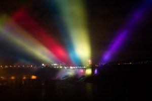 Espectáculo de luces en las cataratas del Niágara y la ciudad estadounidense de Niagara Falls