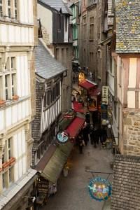 La Grande Rue, o calle mayor, del Mont-Saint-Michel, Normandía, Francia