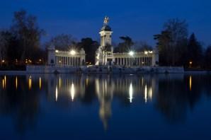 Estanque de El Retiro y monumento a Alfonso XII de noche, Madrid, España