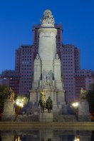 Monumento a Cervantes en la Plaza de España de noche, Madrid, España