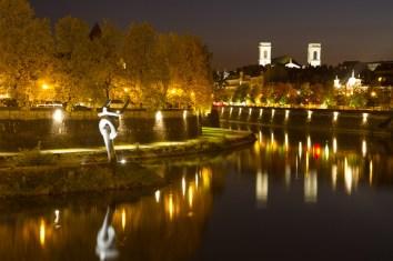 Vista nocturna de la ciudad y el río Doubs, Besanzón, Francia