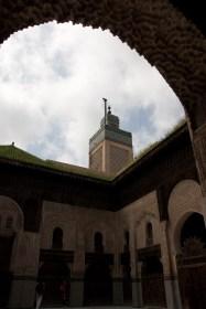Patio de la madraza Bou Inania y su minarete, Fez, Marruecos