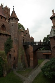 Puente entre los castillos alto y medio de la fortaleza de Malbork, Polonia