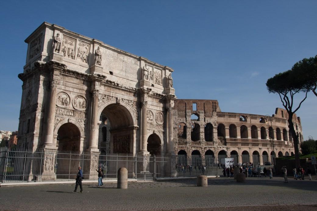 Arco de Constantino y Coliseo, Roma, Italia