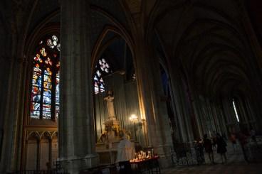 Martes 4 — Hermosos vitrales decoran la nave de la catedral de Orleans.
