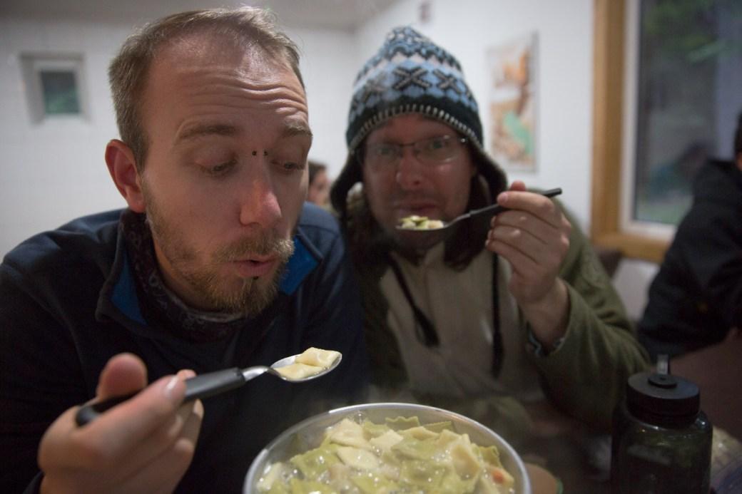 Cenando pasta en excursión en Torres del Paine, Chile