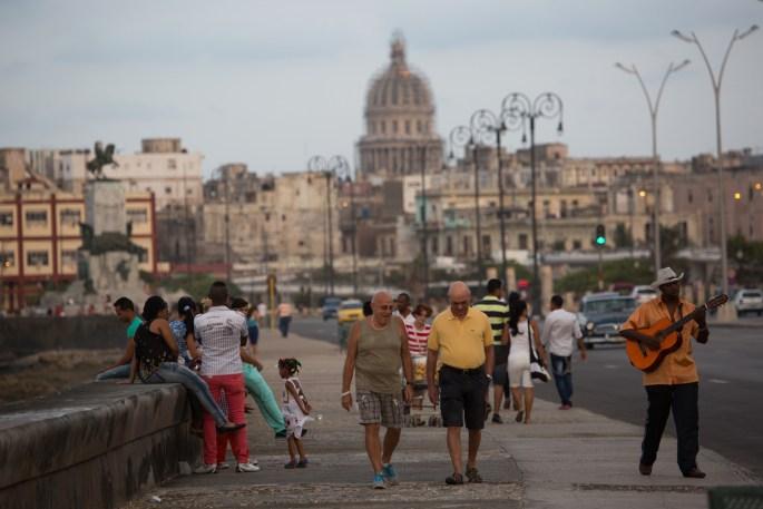 De paseo por el malecón de La Habana, Cuba