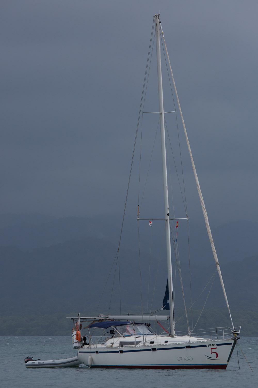 El velero Cinco, anclado en San Blas, Panamá