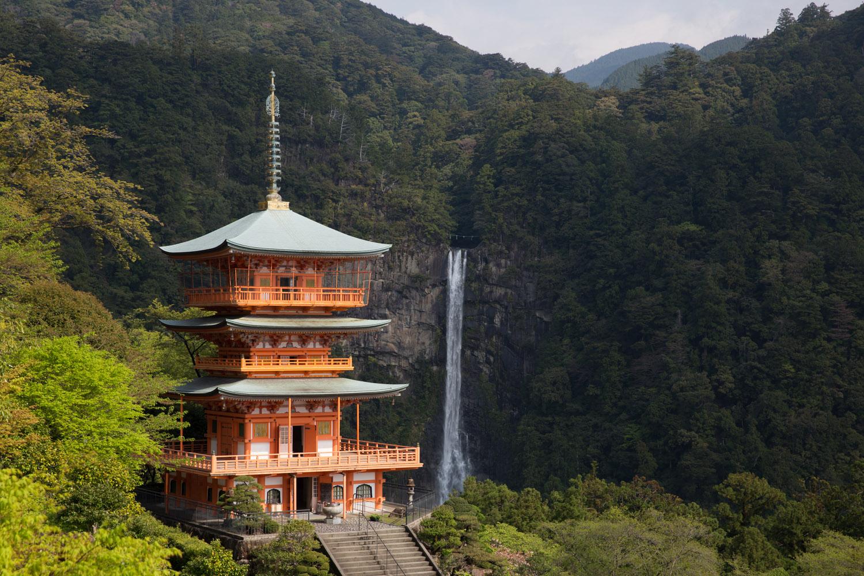 Pagoda de Seiganto-ji y cascada Nachi, en las rutas de Kumano Kodo, Japón