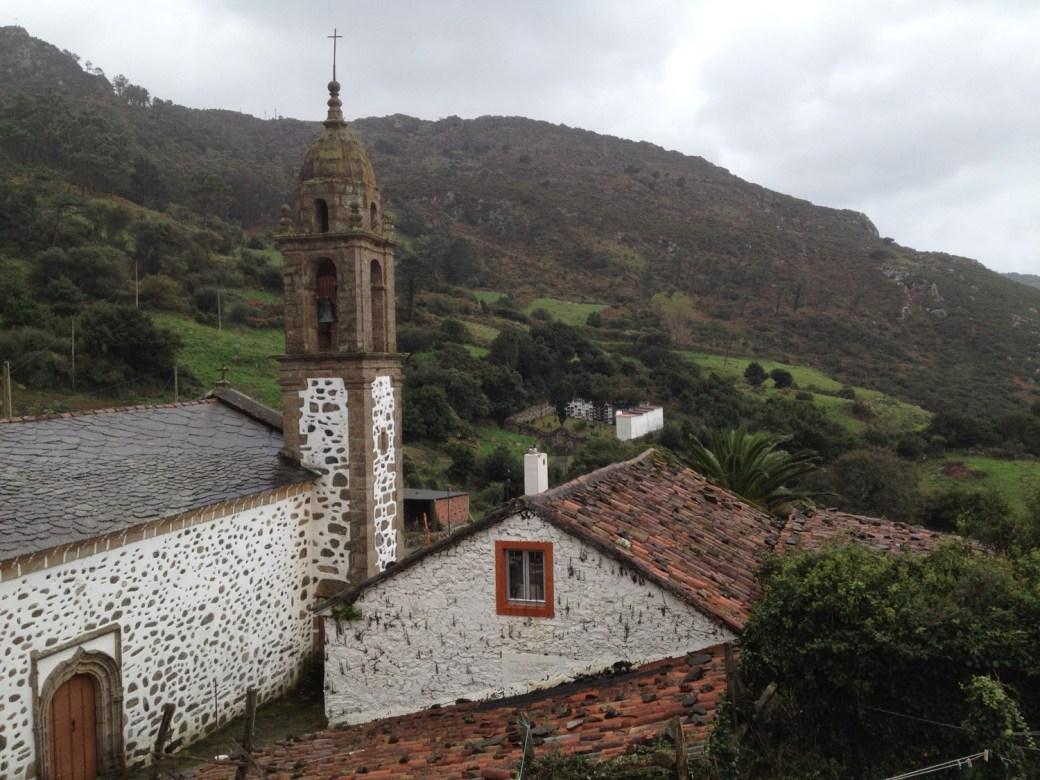 Vista del santuario y la aldea