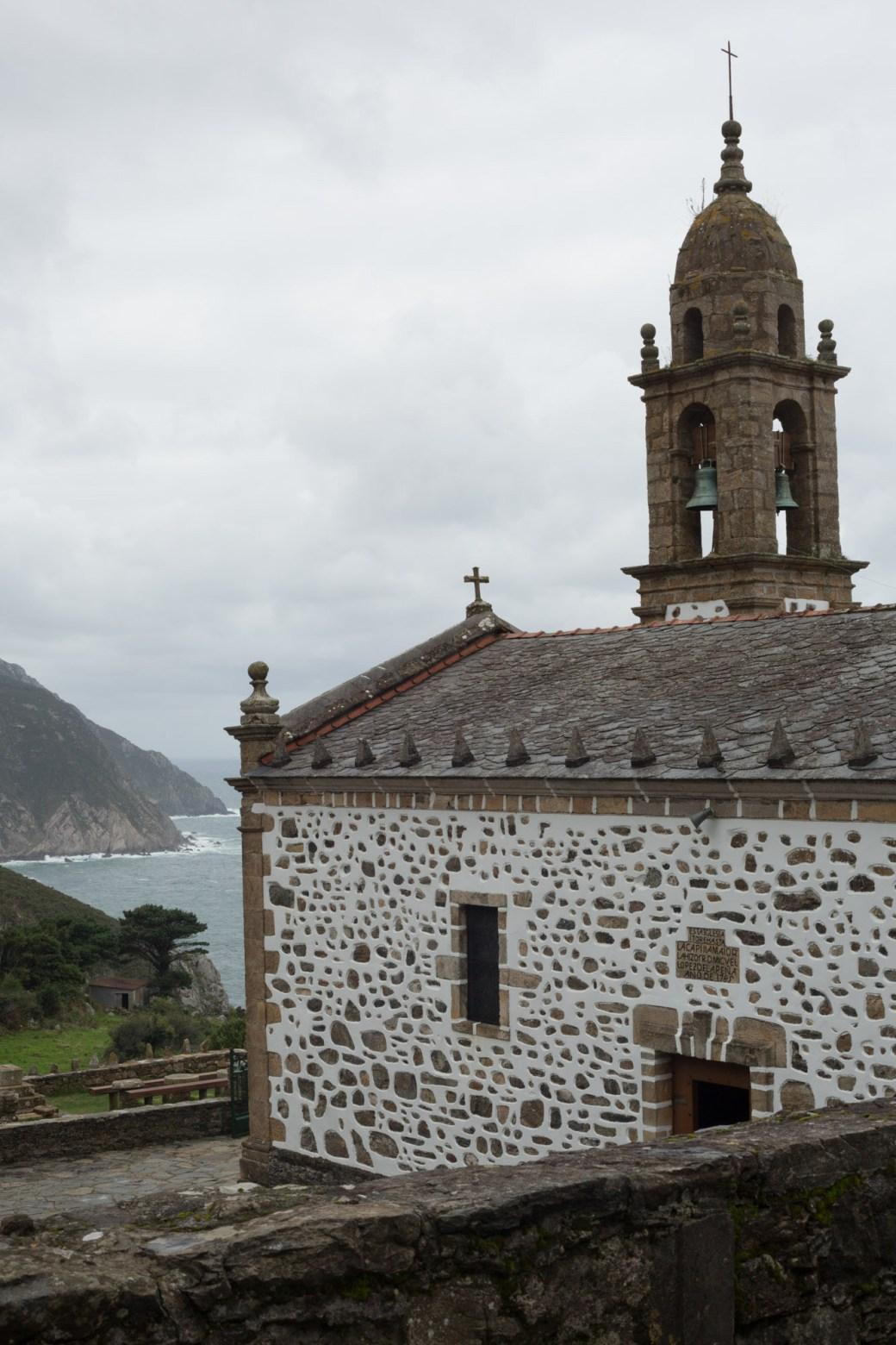 Vista del santuario y los acantilados