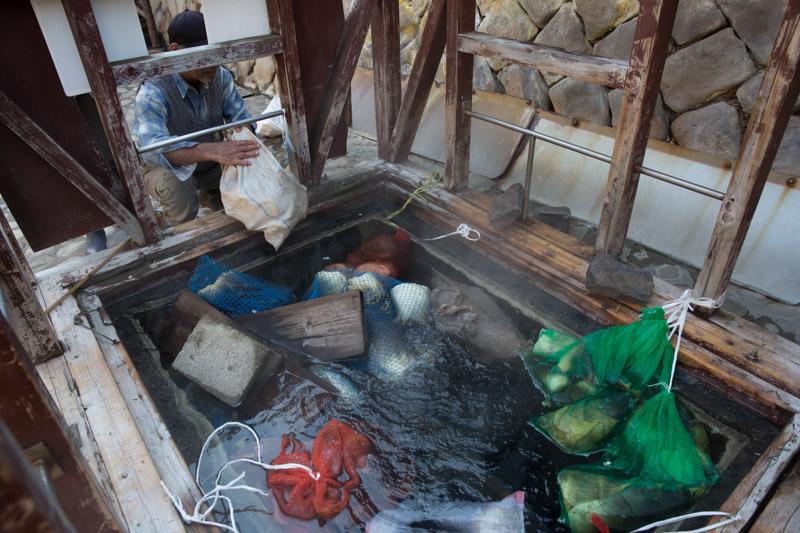 Pozo para cocinar en aguas termales en Yunomine Onsen, Japón