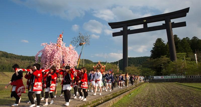 Santuarios portátiles durante el festival de primavera de Kumano Hongu Taisha, Japón
