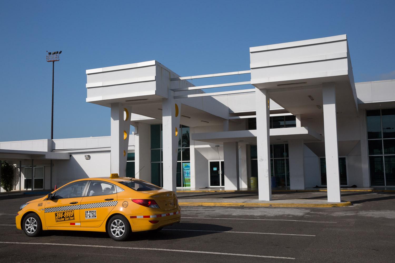Taxi frente al aeropuerto de Panamá Pacífico